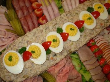 Rundvleessalade met vlees en vis gegarneerd