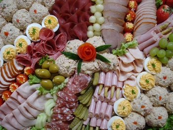 Partyplateau met vlees en vis